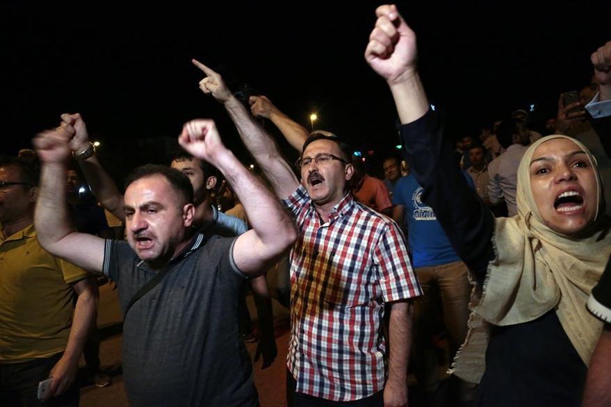 Manifestantes en Estambul gritan consignas contra el intento de golpe. (Foto Prensa Libre: AP).
