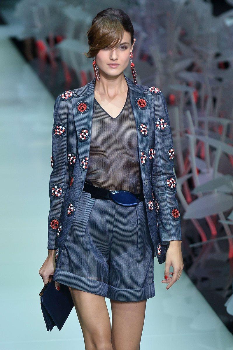 La elegancia y la sencillez formaron parte de las prendas que presentó Armani en la Semana de la Moda de Milán. (Foto Prensa Libre: AFP).