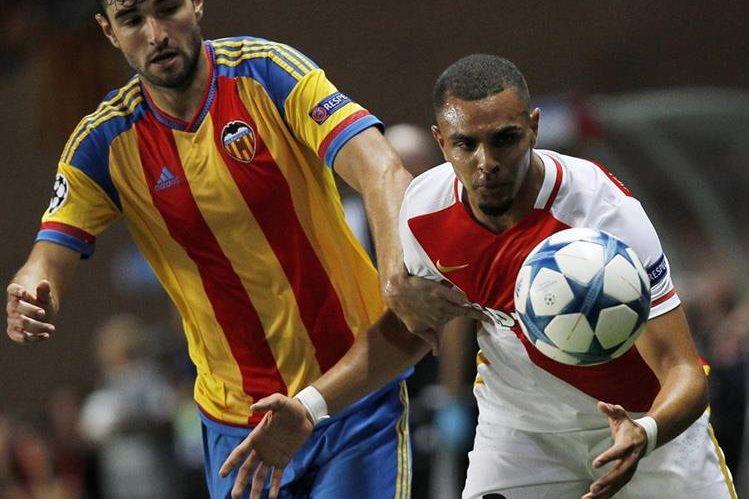 Kurzawa durante el partido de ayer frente al Valencia por el pase a la Liga de Campeones. (Foto Prensa Libre: AFP)