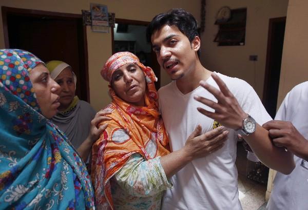 Familiares de Hassan Khan muestran su comoción por la muerte de Zeenat Rafiq. (AP).