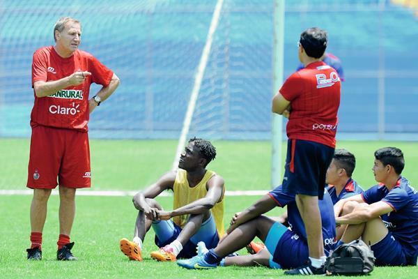 Enzo Trossero, en uno de los últimos entrenamientos con los rojos. (Foto Prensa Libre).