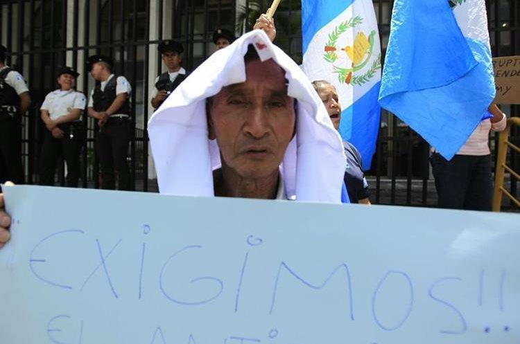 Las protestas iniciaron hace dos semanas al conocer que el presidente pediría la destitución de Iván Velásquez ante la ONU.