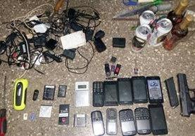 Objetos ilícitos hallados en la Granja Penal Canadá, durante una requisa. (Foto Prensa Libre: SP)