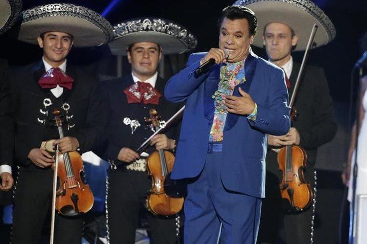 La familia de Juan Gabriel viajó a Los Ángeles, California, (EE.UU), para estar junto al artista previo a ser llevado a México. (Foto Prensa Libre: AP)