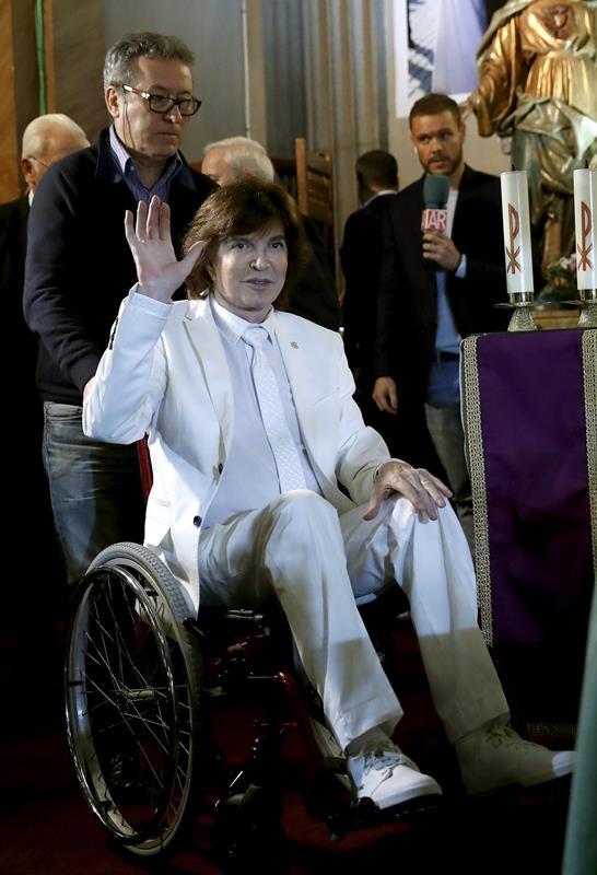 Hace 15 días, el cantante sufrió un accidente por lo que llegó a la presentación en silla de ruedas. (Foto Prensa Libre: EFE)