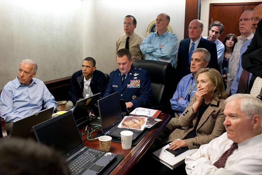 El presidente Barack Obama acompañado de su gabinete de Seguridad Nacional observan el operativo en el que fue muerto Osama Bin Laden, acompañan al gobernante el vicepresidente Joe Biden y la secretaria de Estado Hillary Clinton.  (Foto: The New York Times)