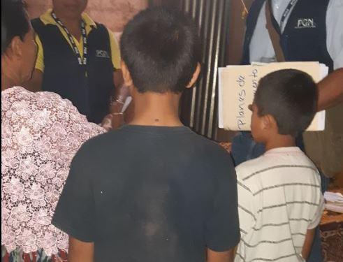 Los dos menores que fueron rescatados cuando venían cocos en las afueras del Estadio Verapaz en Cobán. (Foto Prensa Libre: Eduardo Sam)