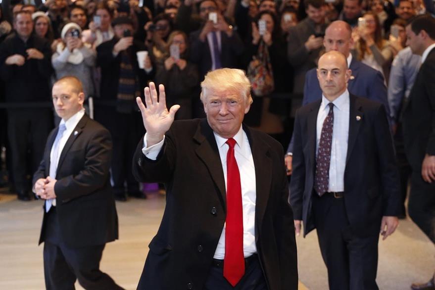Entre aplausos y abucheos Donald Trump abandona la sede del New York Times el martes. (Foto Prensa Libre: AP).