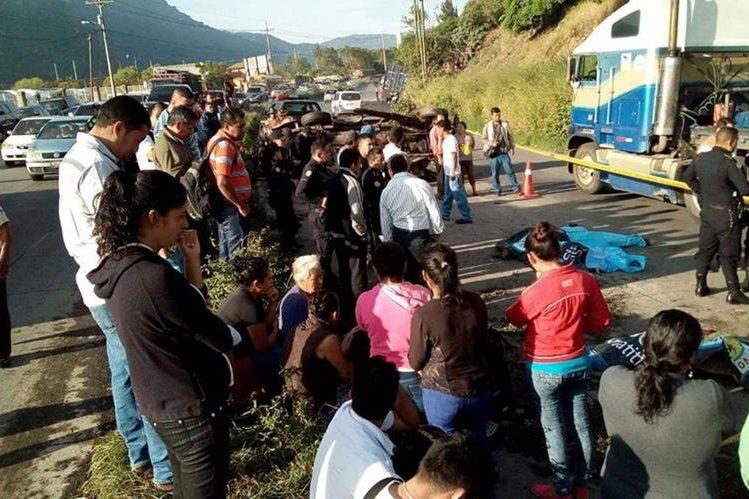Los Bomberos Voluntarios cubrieron la emergencia en el kilómetro 33 de la ruta al Pacífico. (Foto Prensa Libre: |)