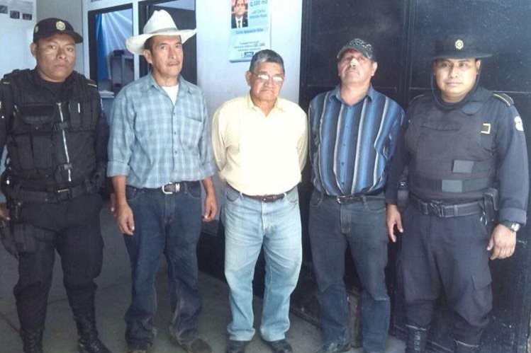 Los tres exfuncionarios capturados en Olopa, Chiquimula. (Foto Prensa Libre)