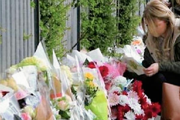Una ciudadana rusa se une a las muestras de pesar por el fallecimiento de la gimnasta Natalia Bobrova. (Foto Prensa Libre: Twitter)