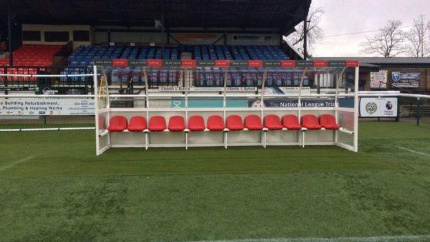 El banquillo que espera al cuerpo técnico y jugadores de Arsenal.