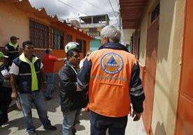 Conred evaluó varias viviendas que tienen daños en su infraestrucutra. (Foto Prensa Libre: Paulo Raquec)