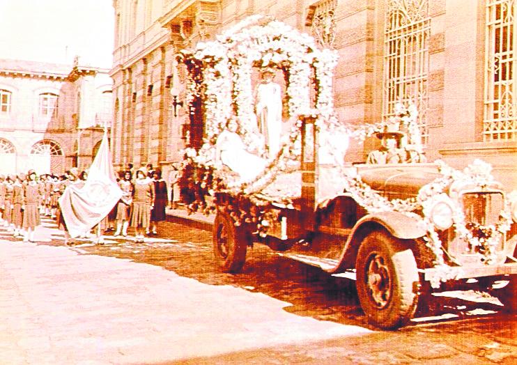 Paso del desfile frente al Banco de Occidente en 1920. (Foto: Hemeroteca PL)