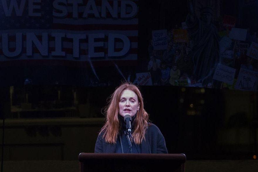 """Julianne Moore habla durante la concentración denominada """"We Stand United"""". (Foto Prensa Libre: AFP)"""