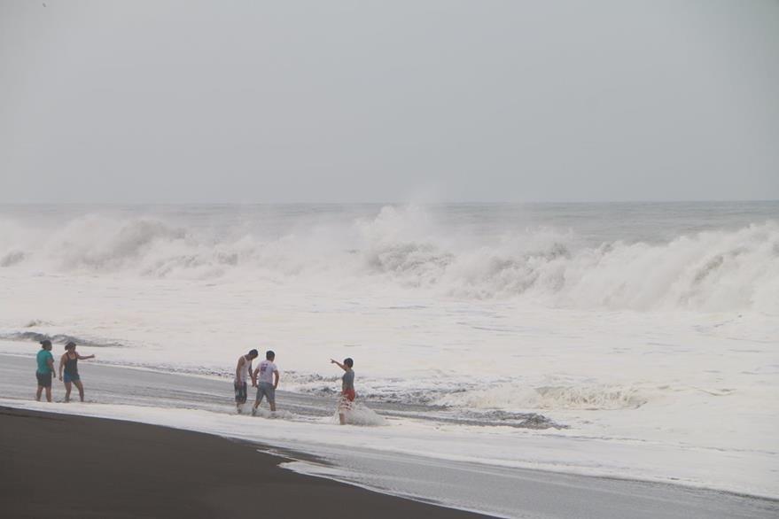 Turistas y pobladores visitan playas de Champerico, donde el oleaje ha alcanzado 2.30 metros. (Foto Prensa Libre: Rolando Miranda)