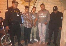 La PNC capturó a tres hombres en la zona 2 capitalina, sindicados de cometer asaltos a transeúntes y automovilistas. (Foto Prensa Libre: PNC)