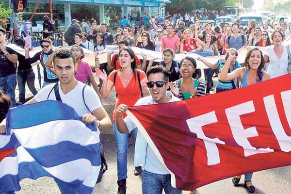 <p>Universitarios cubanos celebran en La Habana el anuncio del reinicio de las relaciones con Estados Unidos, así como la liberación de tres espías.</p>