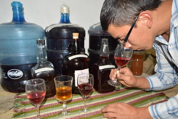 <p>Wagner Hernández encontró por casualidad la fórmula para preparar vino, y ahora tiene su propia empresa. (Foto Prensa Libre: Oswaldo Cardona)</p>