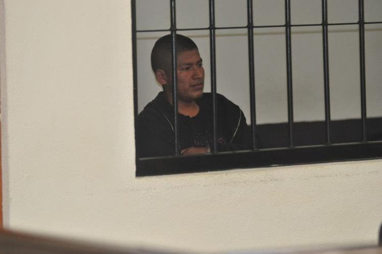 En un tribunal de sentencia, en Xela, Hazael Oseas Herrera Itzep escucha la condena emitida en su contra por violación. (Foto Prensa Libre María José Longo)