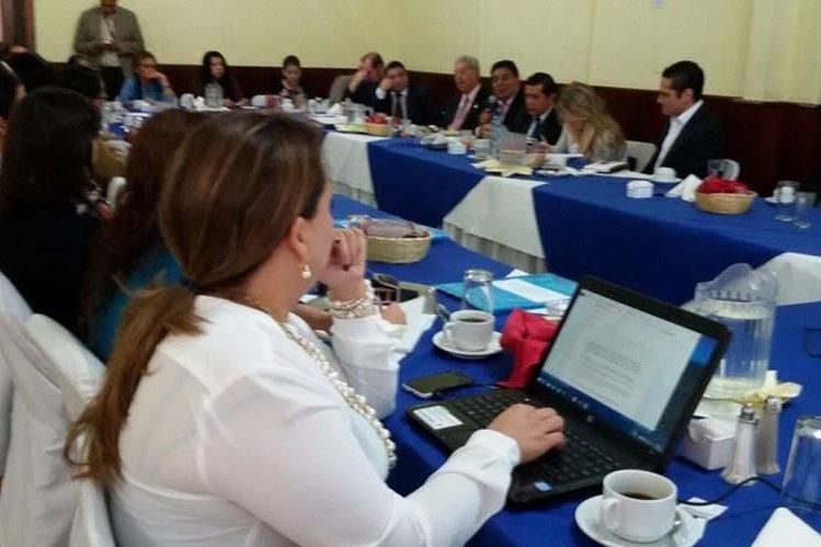 Miembros del CANG y representantes del grupo multisectorial de justicia.(Foto Prensa Libre: Álvaro Interiano)