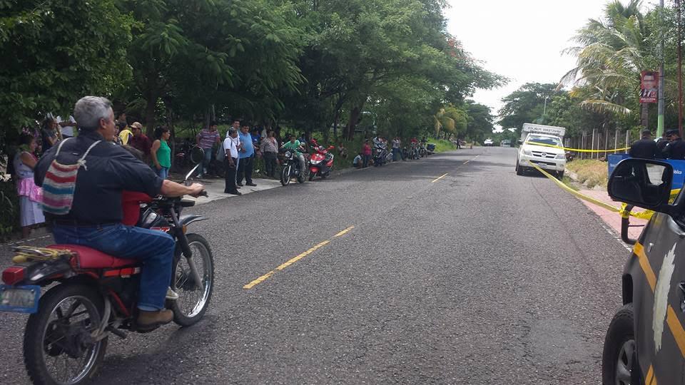 Vecinos de Santa Catarina Mita observan el trabajo de las fuerzas de seguridad en lugar del ataque. (Foto Prensa Libre: Óscar González)