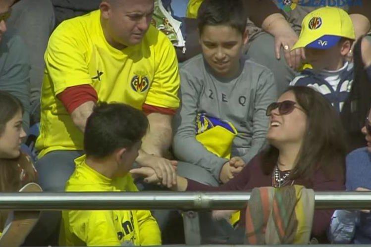 La aficionada estuvo a punto de desmayarse luego del impacto. (Foto Prensa Libre: La Liga)