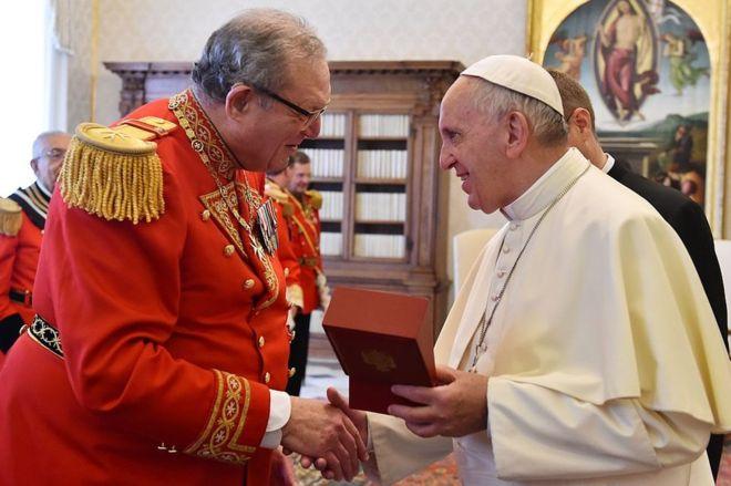 En las últimas semanas el británico Matthew Festing, el gran maestro de la Orden de Malta (izquierda), ha mantenido con el papa Francisco una dura pugna. GETTY IMAGES