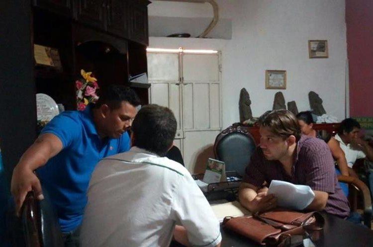Funcionarios ediles permanecieron cerca de 7 horas encerrados. (Foto Prensa Libre: Cristian Icó)