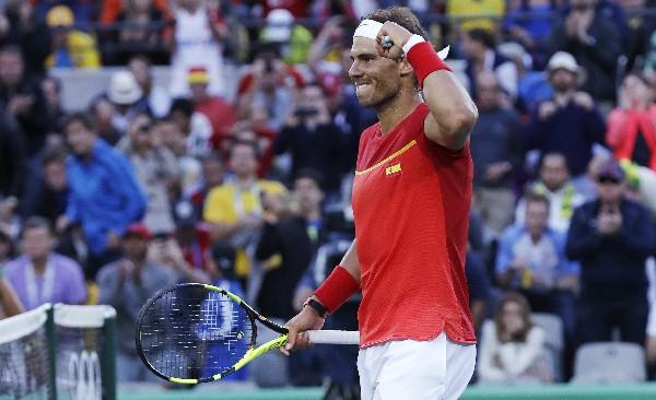 Rafael Nadal festejó emocionado el oro logrado en dobles de tenis. (Foto Prensa Libre: AP)