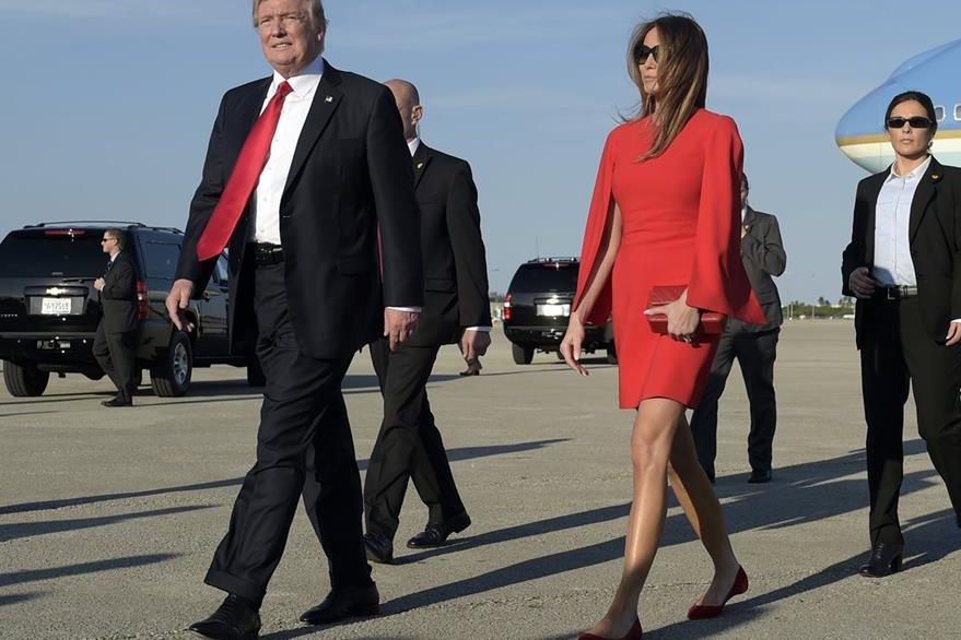 Melania Trump intenta tomar de la mano a su esposo, el presidente de EE. UU., Donald Trump. (Foto Prensa Libre: AP).
