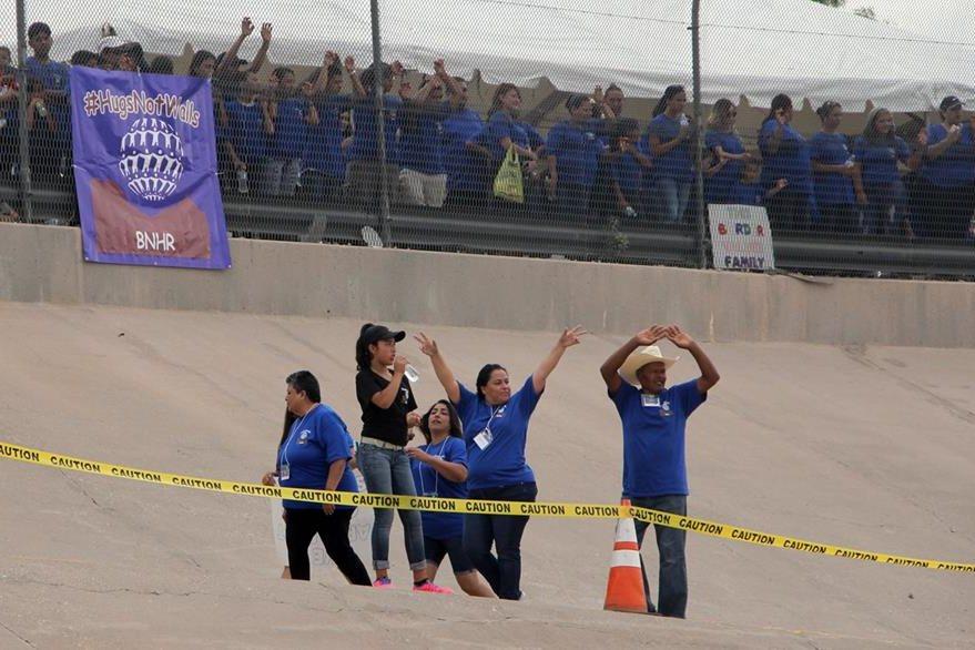 Un grupo de mexicanos saluda a sus familiares desde el lado estadounidense de la frontera. (Foto Prensa Libre: AFP).