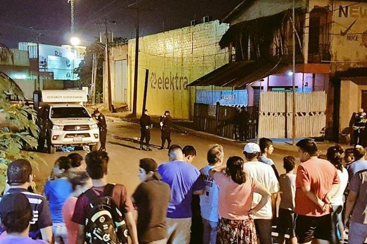 Curiosos observan el levantamiento de indicios del crimen. (Foto Prensa Libre: Dony Stewart)