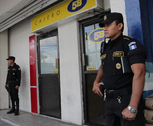 Agentes de la Policía Nacional Civil resguardan un cajero automático ubicado en la vía pública. (Foto Prensa Libre: Cortesía PNC)