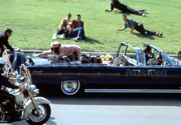 Momento en que Jacqueline Kennedy toma un pedazo de cráneo de su esposo el Presidente quien yace en el asiento trasero de la limusina. (Foto: Hemeroteca PL)
