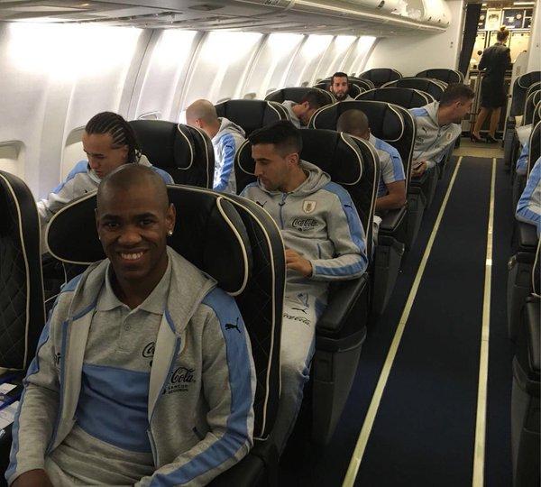 Los jugadores de Uruguay viajan a Estados Unidos. (Foto Prensa Libre: Twitter Selección Uruguay)