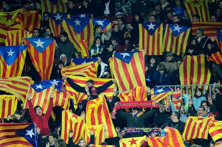 Las banderas independetistas han ocasionado sanciones al Barcelona. (Foto Prensa Libre: Hemeroteca PL)