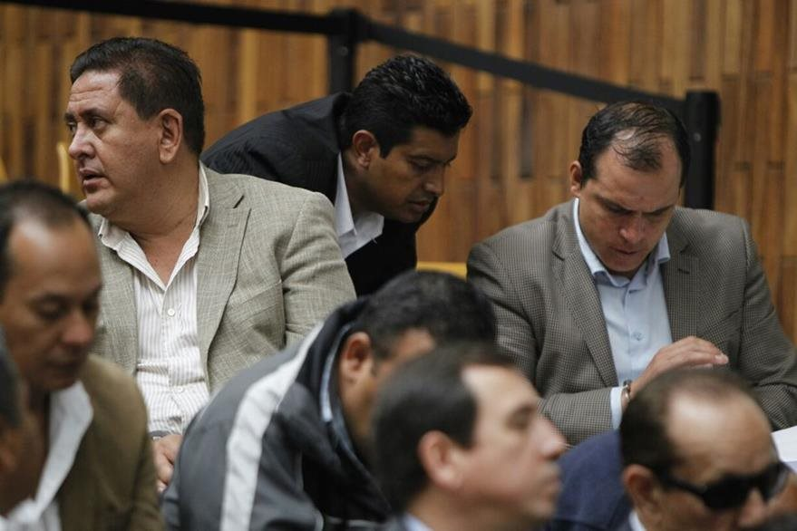Dwight Pezzarossi y Rudy Gallardo comparten un texto y discuten sus enfoques. (Foto Prensa Libre: Paulo Raquec)