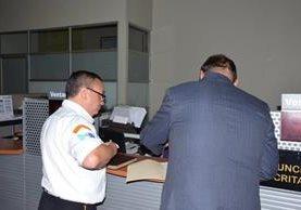 Un directivo de Bomberos Voluntarios y el abogado de la institución al momento de presentar la denuncia en el MP. (Foto Prensa Libre: Bomberos Voluntarios).