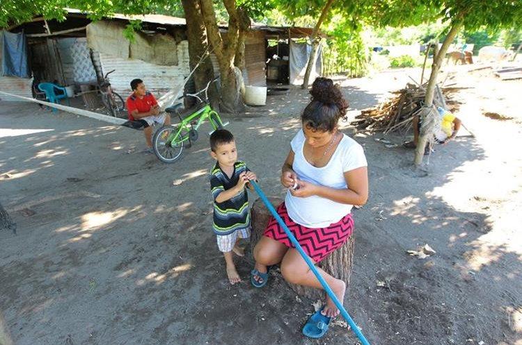 Muchas familias de Nueva Concepción dependen del agua del río.