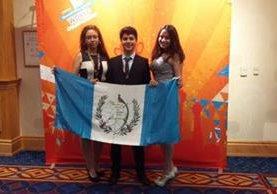 Los tres estudiantes destacaron en campeonato mundial de los programas de Microsoft Office (Foto Prensa Libre: Facebook IMB PC).
