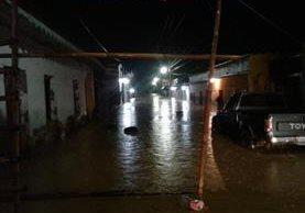 Una calle inundada por el desbordamiento de un río en Panzós, Alta Verapaz. (Foto Prensa Libre: Eduardo Sam).
