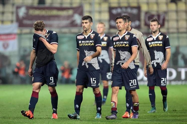 Los jugadores del Torino se muestran decepcionados tras el final del partido. (Foto Prensa Libre: EFE)