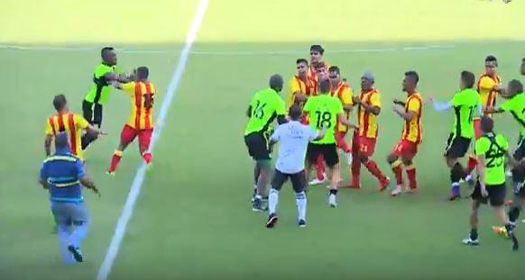 La cancha de futbol terminó siendo un campo de batalla en el partido amistoso. (Foto Prensa Libre: Captura de Pantalla Youtube)