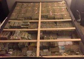 El hombre guardaba millones de dólares en el colchón de su cama. TWITTER