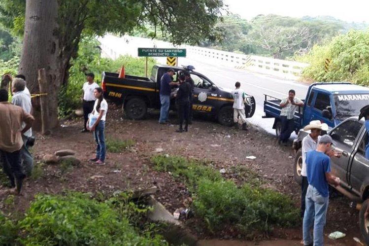 Autoridades en el cercanías al puente Su Santidad Benedicto XVI en Chiquimulilla, Santa rosa. (Foto Prensa Libre: Oswaldo Cardona)