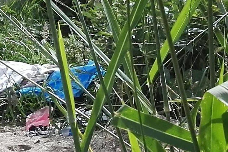 Cadáver de mujer de aproximadamente 28 es localizado en terreno baldío de Prados de Villa Hermosa. (Foto Prensa Libre: Jerson Ramos)