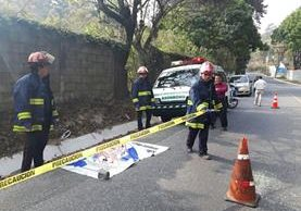 En el km 28.5 de la ruta de Santa Lucía Milpas Altas, Sacatepéquez, a Bárcenas, Villa Nueva, fue abandonado el cadáver descuartizado de un hombre. (Foto Prensa Libre: Julio Sicán)