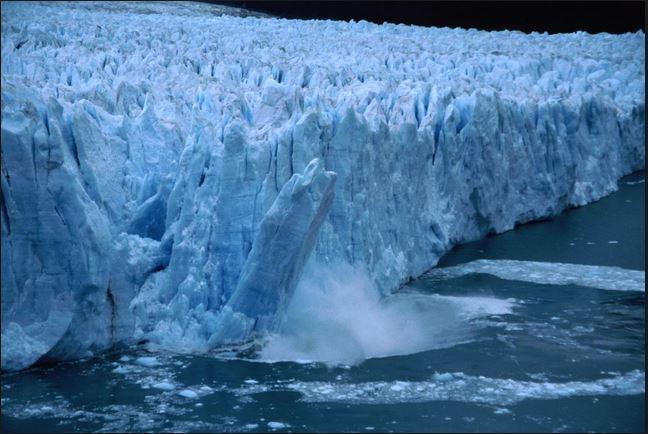 Un bloque gigante de hielo se desprende de un glaciar en el Polo Norte. (Foto: bureaudesalud.com).