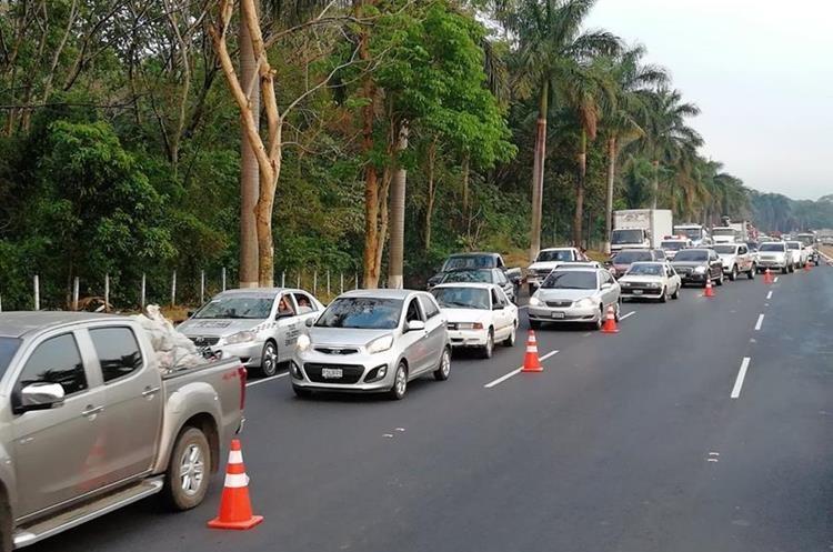 El accidente ocasiona atascos en el km 52.5 de la autopista. (Foto Prensa Libre: Enrique Paredes).